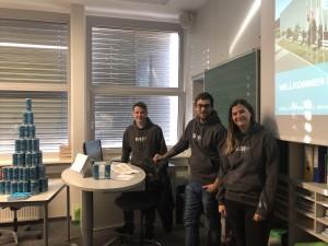 Das Team von Ball Beverage Packaging Ludesch stellt sich vor beim Firmentag an der Mittelschule Thüringen